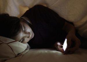 χρήση κινητού στο κρεβάτι
